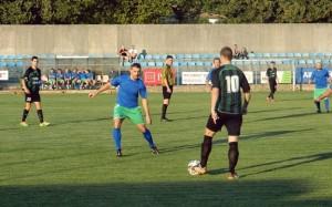 Kapetan Juričić sa loptom, budno ga prati Zoran Kovačević